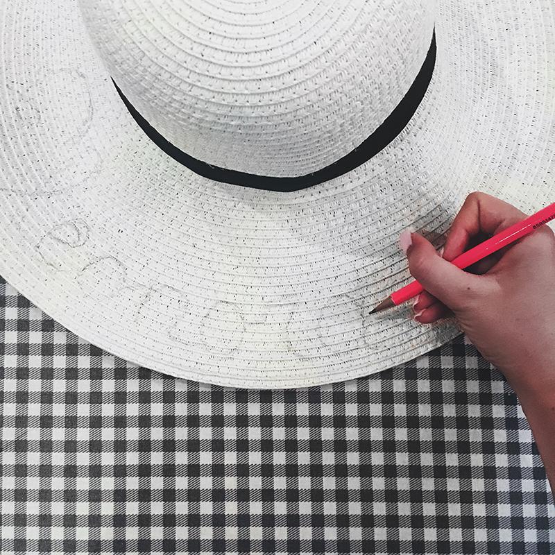 DIY Cappello di paglia personalizzato col nome fai da te