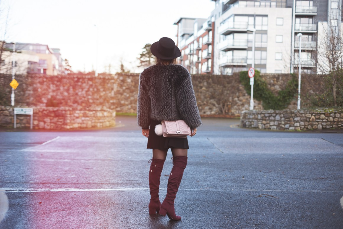 Stivali sopra al ginocchio e ecopelliccia | Over the knee boot and faux fur