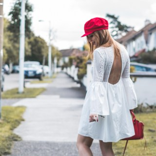 Vestito bianco di pizzo con accessori rossi e collana oNecklace, Shopbop, Endless Rose | White lace dress with red accessories