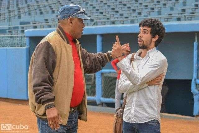 Víctor Mesa junto al periodista Carlos Manuel Álvarez durante el encuentro en el estadio Latinoamericano Fotos: Iroko Alejo