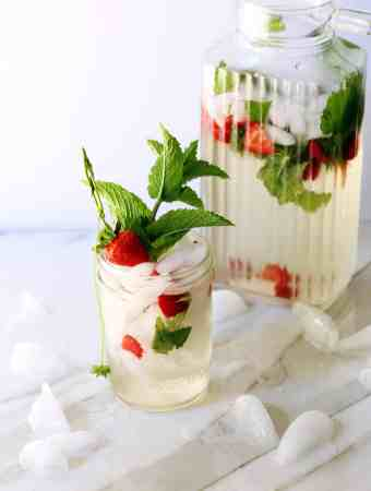 STRAWBERRY MINT WHITE WINE SPRITZER