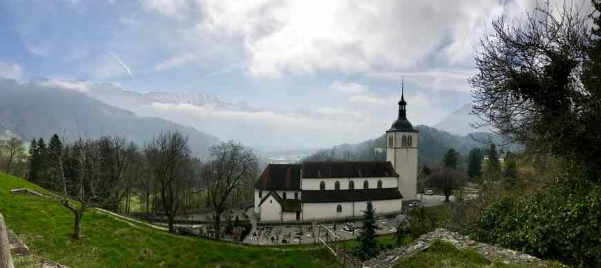 Fondue and more! How to plan your trip to Gruyeres and why you have to visit Switzerland's most beautiful town. An easy day trip from Geneva!