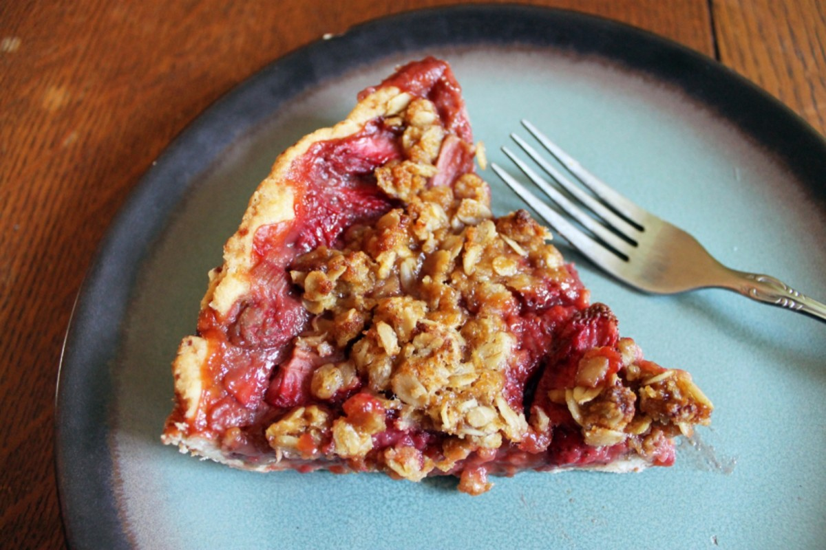 Strawberry-Rhubarb-Crumb-Pie-Vegan-1200x800