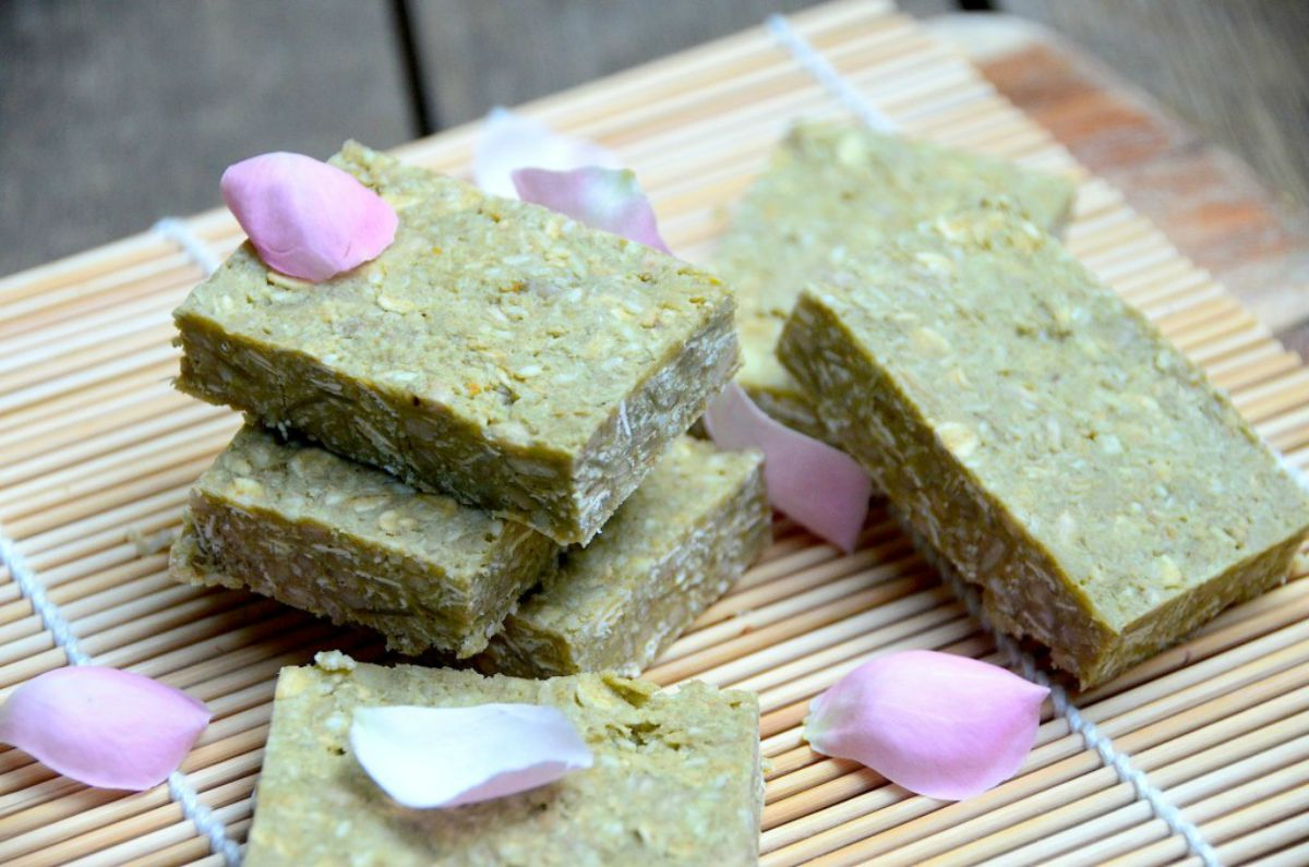 white chocolate matcha protein bars