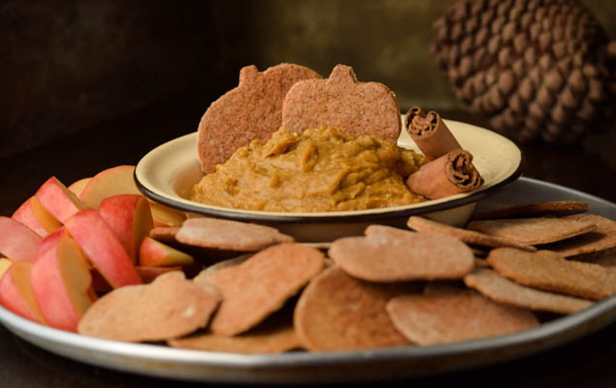 Cinnamon Graham Crackers With Healthy Pumpkin Pie-Spiced Hummus [Vegan]