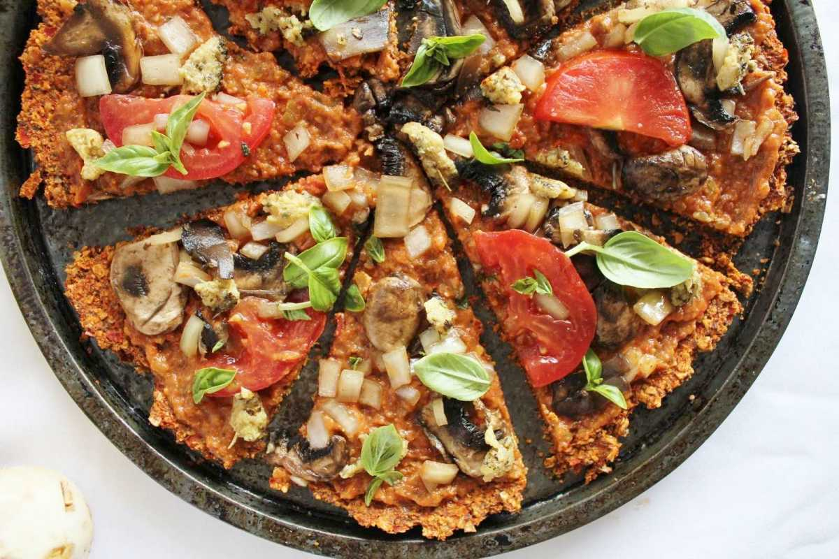 Raw pizza with red pepper flax crust vegan one green planet forumfinder Images