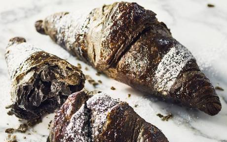 activated-charcoal-crossiant