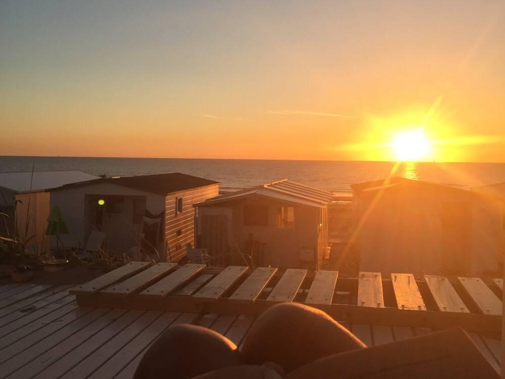 zonsondergang strandhuisje