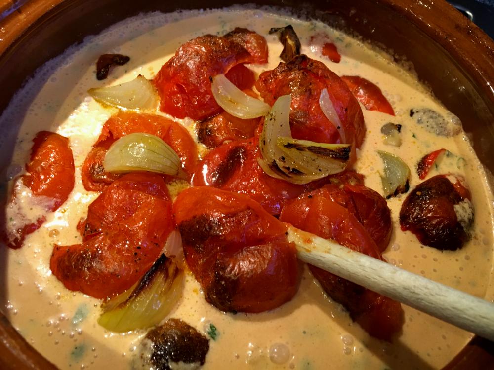 tomaten en uien bij de kokosmelk
