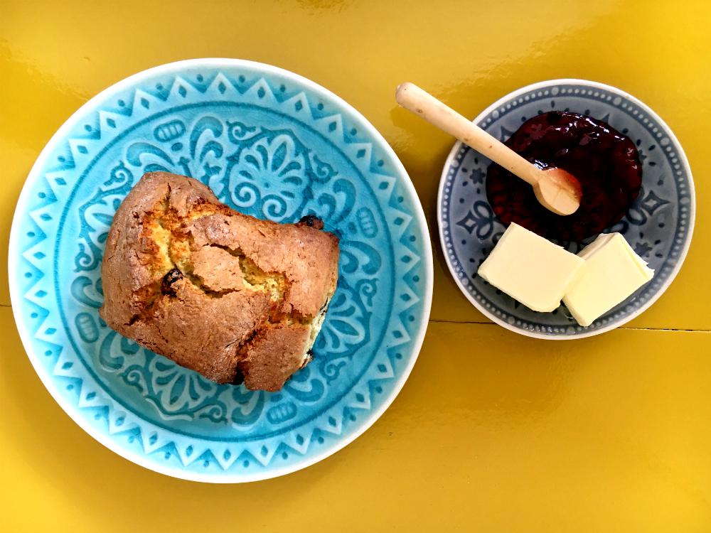 scone met boter en jam