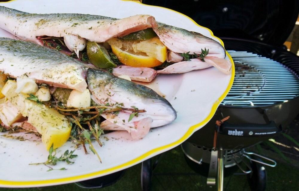 BBQ visrecept: zeebaars met tijm, citroen en knoflook