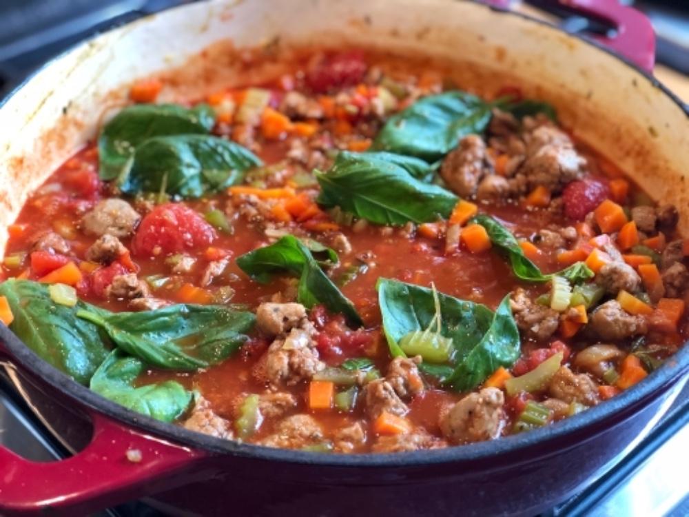 Toscaanse pasta met worst en tomaat koken