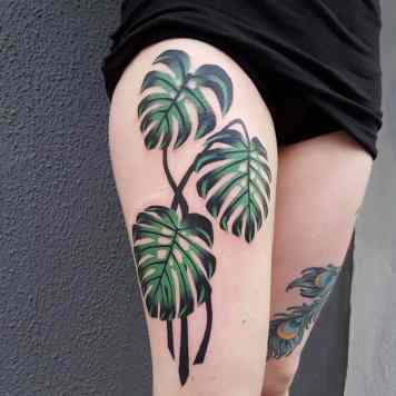 Monstera tatoeage bovenbeen
