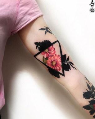 driehoek tattoos met bloemen