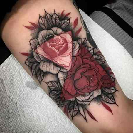driehoek tattoo met roos