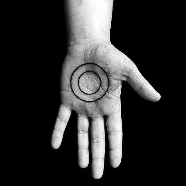 zwarte cirkel tatoeage