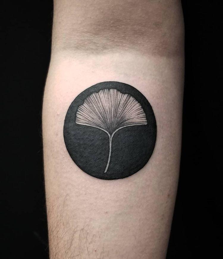 zwarte cirkel tatoeages