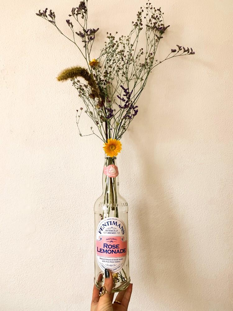 gedroogde bloemen in fles