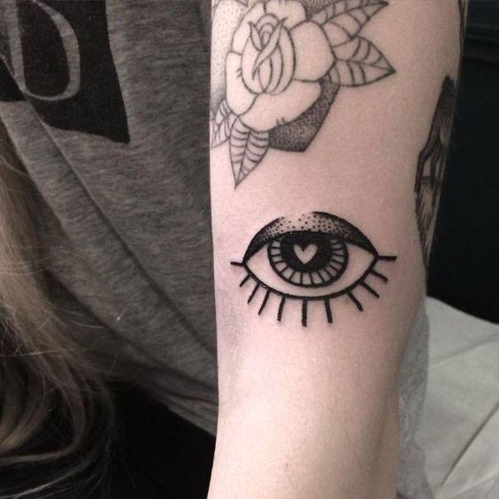 30 minimalistic eye tattoos