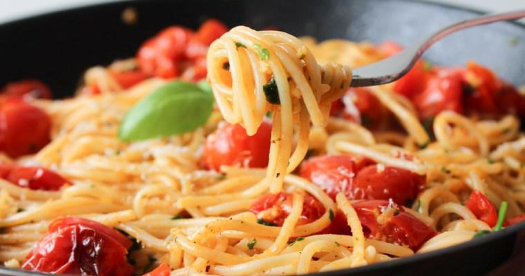 Pasta Med Masser Af Hvidløg Og Cherry Tomater