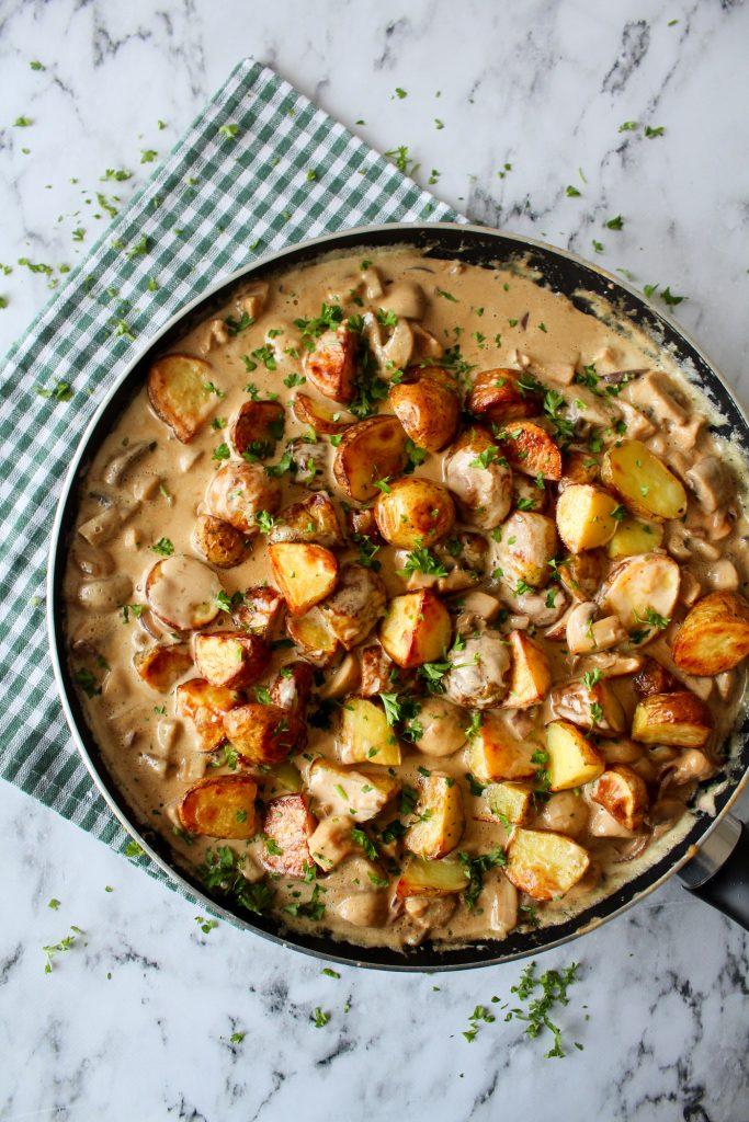 Ovnbagte Kartofler Og Kylling I En Champignon Flødesauce
