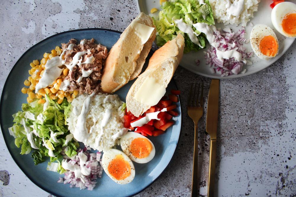 Frisk Og Lækker Salat Med Tun, Æg Og Hjemmelavet Dressing