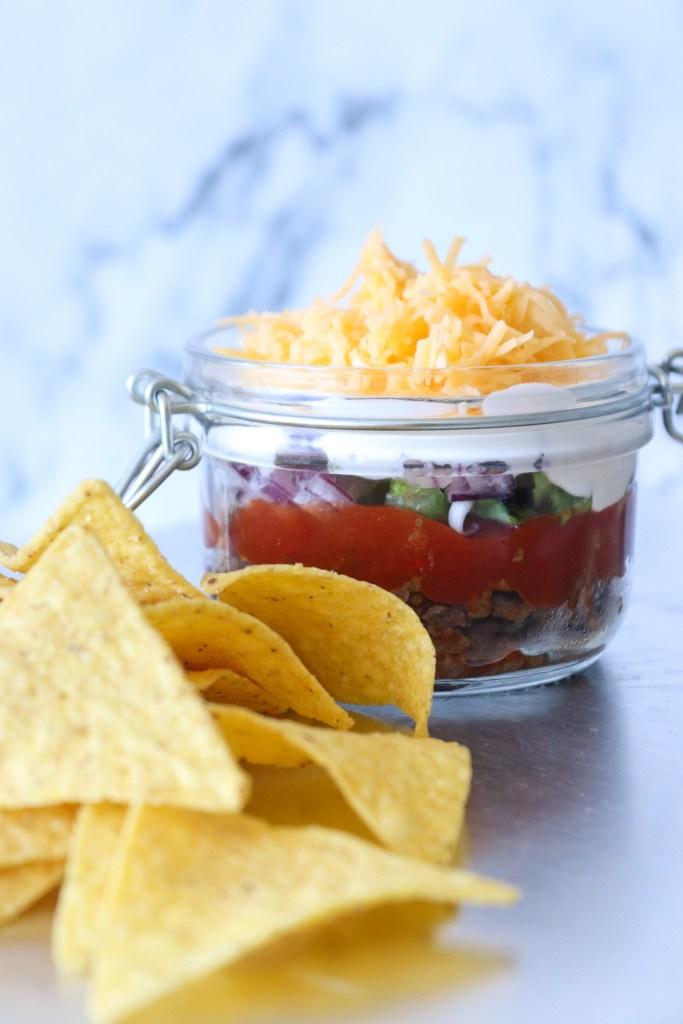 Taco Dip - En Dip Med Krydret Oksekød, Salat, Ost og Creme Fraiche