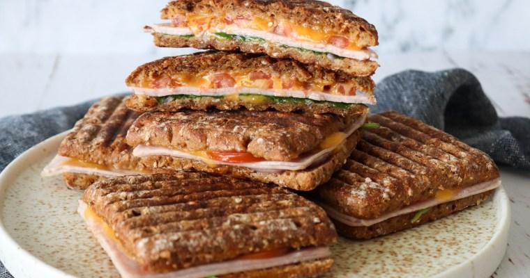 Rugbrødspanini Med Skinke, Ost Og Andet Godt