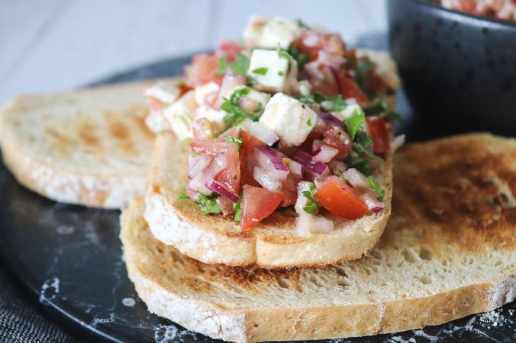 Tomatsalat Med Feta - Super Tilbehør Til Grillmaden Eller Ovenpå Brød