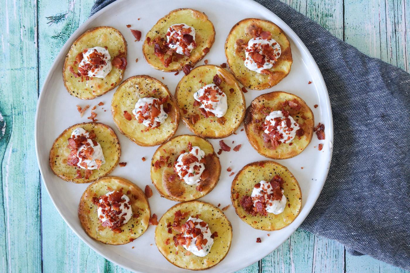Bagte Kartoffelskiver Med Fetacreme Og Bacon – En Lækker Snack