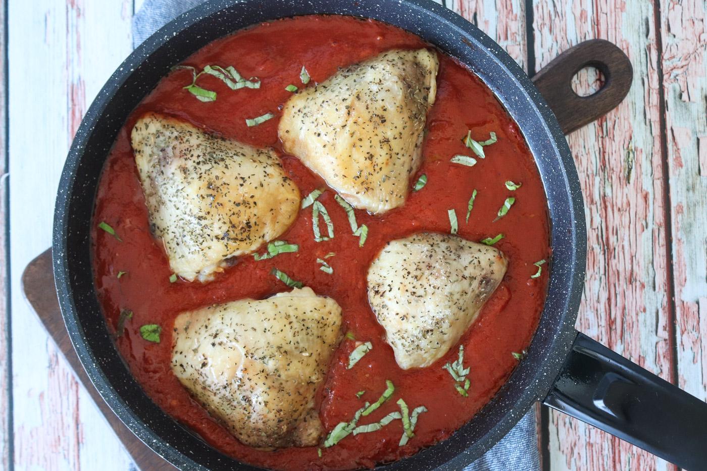 Kylling I Tomatsauce Serveret Med Ris – En Lækker Aftensmad