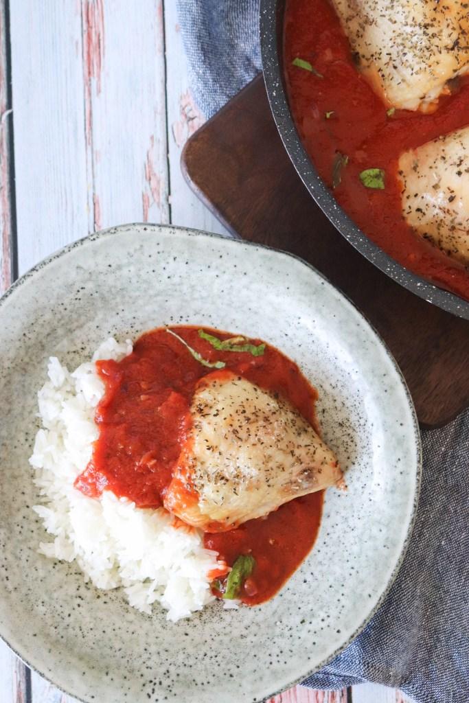 Kylling I Tomatsauce Serveret Med Ris - En Lækker Aftensmad