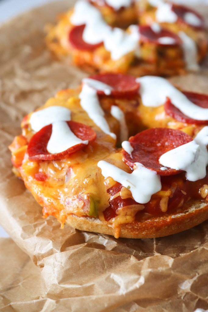 Bagels Bagt Med Salsa, Ost, Pepperoni Og Andet Lækkert
