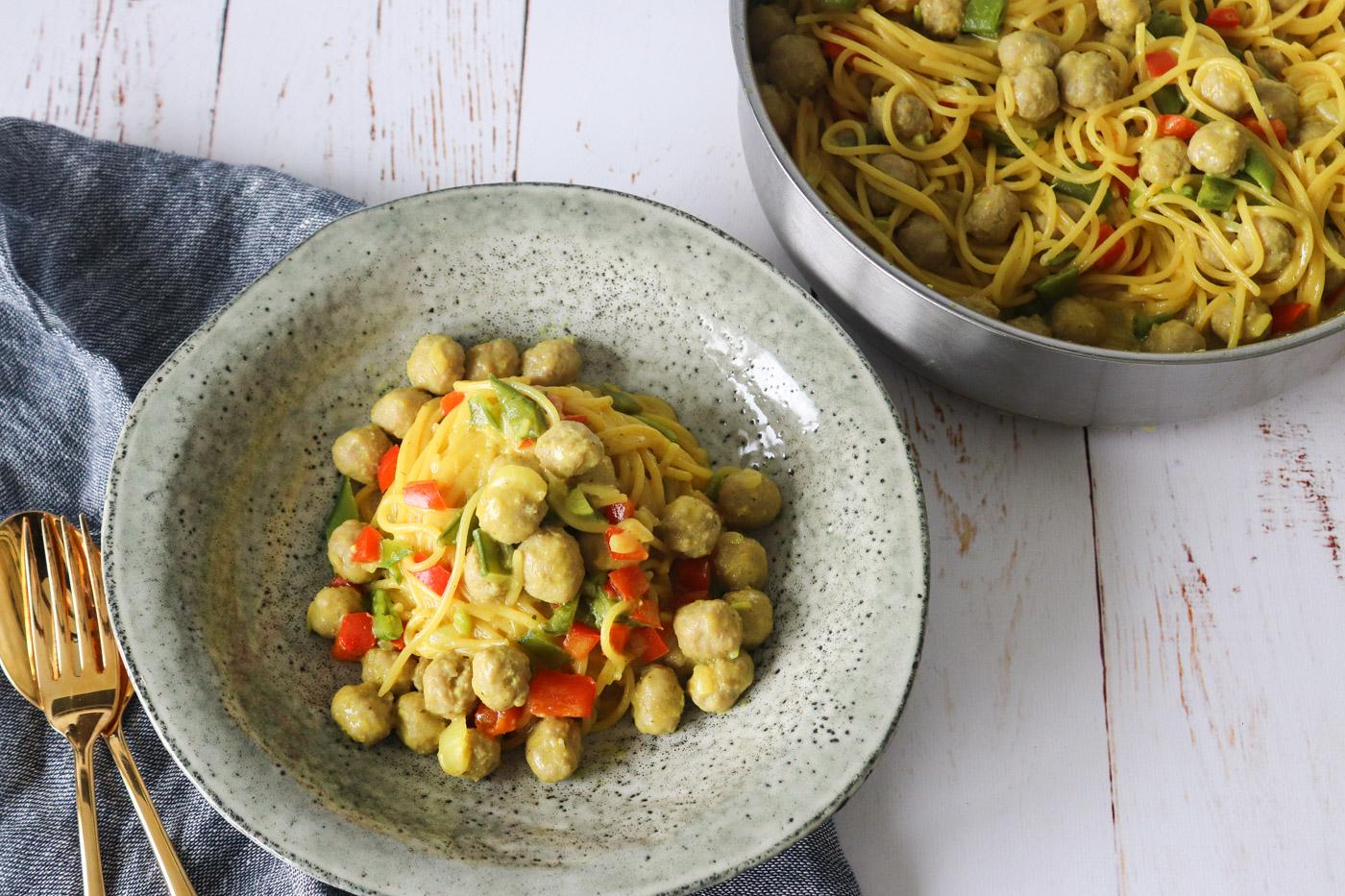 One Pot Pasta Med Karry, Grøntsager Og Kødboller