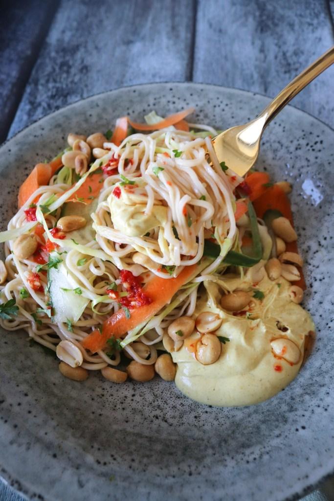 Frisk Og Lækker Nudelsalat Med En Dressing Af Peanutbutter Og Karry