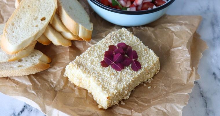 Feta Bagt Med Sesam Og Honning Serveret Med Frisk Salsa