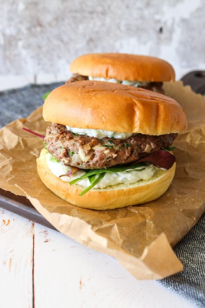 Græsk Inspireret Burger Med Krydret Oksekød Og Tzatziki