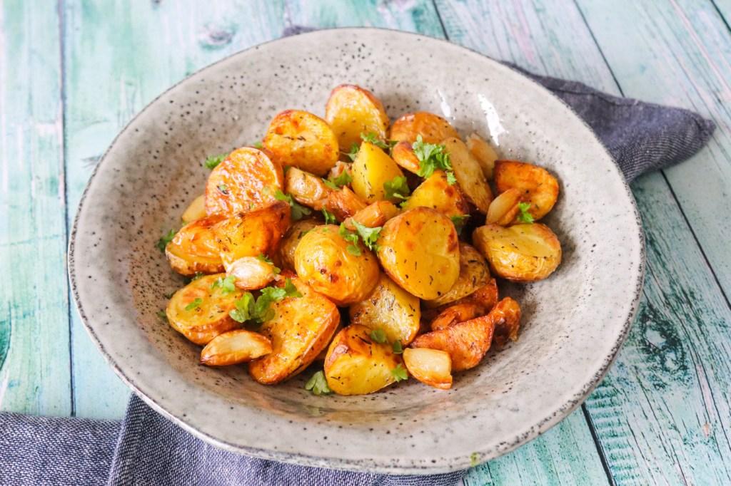 Bagte Kartofler Med Brunet Smør Og Bagte Hvidløg