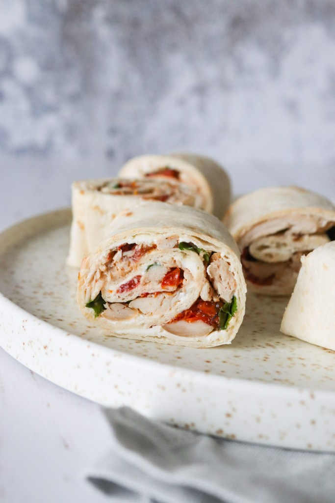 Tortillaruller Med Kylling, Semitørrede Tomater Og Flødeost