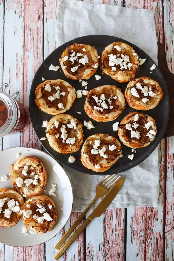 Små butterdejshapsere Med Karameliseret Løg, Feta Og Timian