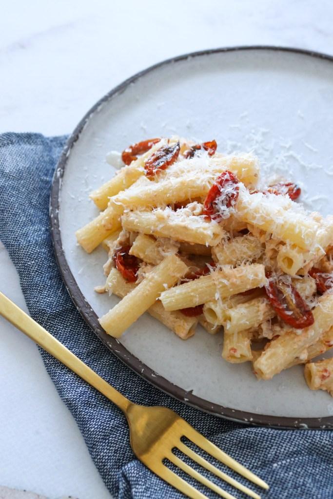Opskrift På Cremet Pastaret Med Tomatpesto, Kylling Og Flødeost