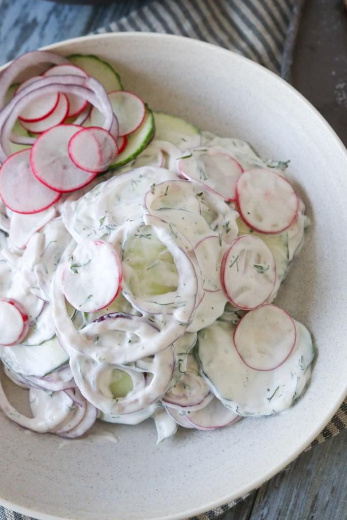 Cremet Salat Med Agurk, Rødløg Og Radiser