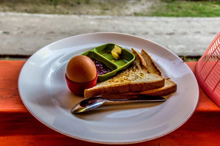 Auch die günstigen Hotels bieten Frühstück an - sogar einen Kleks Butter gibt es