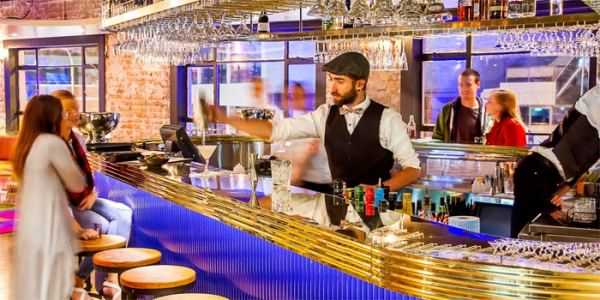 barista prepara cocktail al bancone di un bar