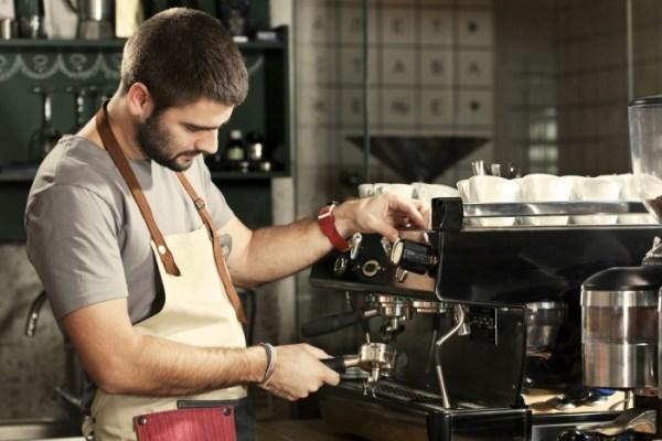 barista alla macchina del caffè