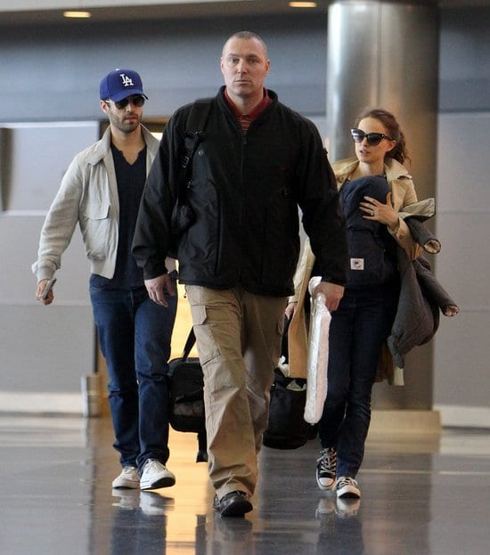 65663 Preppie Natalie Portman and her family saying Goodbye to her mother at the airport in NYC 40 122 658lo