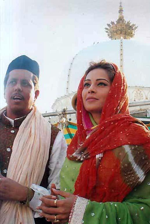 Bipasha Basu Spotted at Ajmer Sharif Dargah