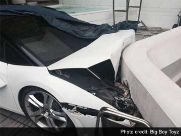 Valet crashes Lamborghini Gallardo Spyder in Le Meridien Hotel in New Delhi, India