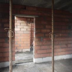 Le salon, avec vue sur le hall