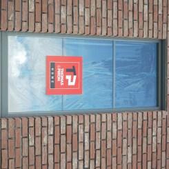 Grande fenêtre sur la porte d'entrée